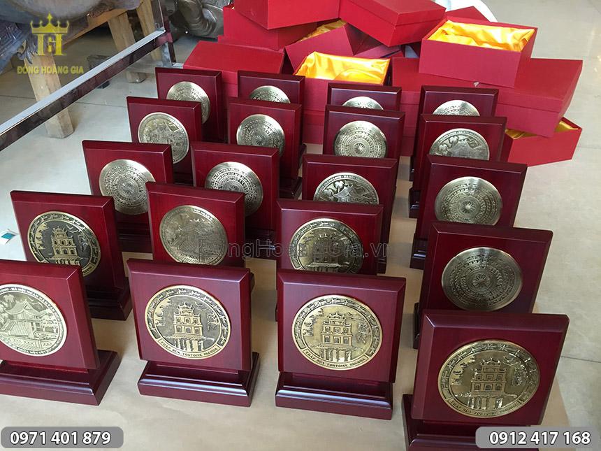 Bán biểu trưng gỗ đồng quà tặng tại Hà Nội