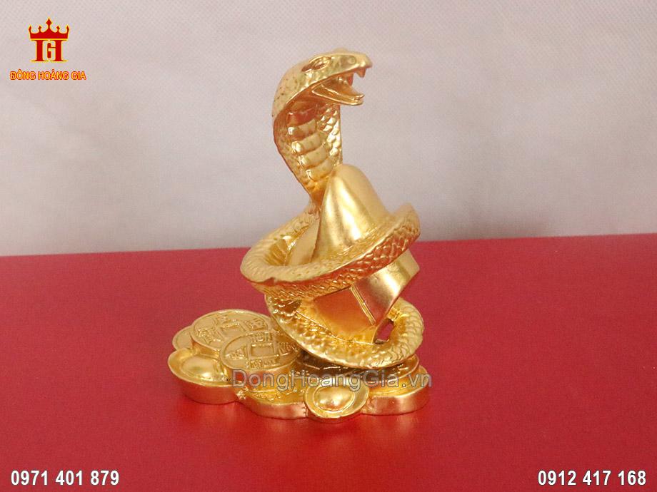 Linh vật Rắn nằm trên đồng tiền vàng dát vàng 9999