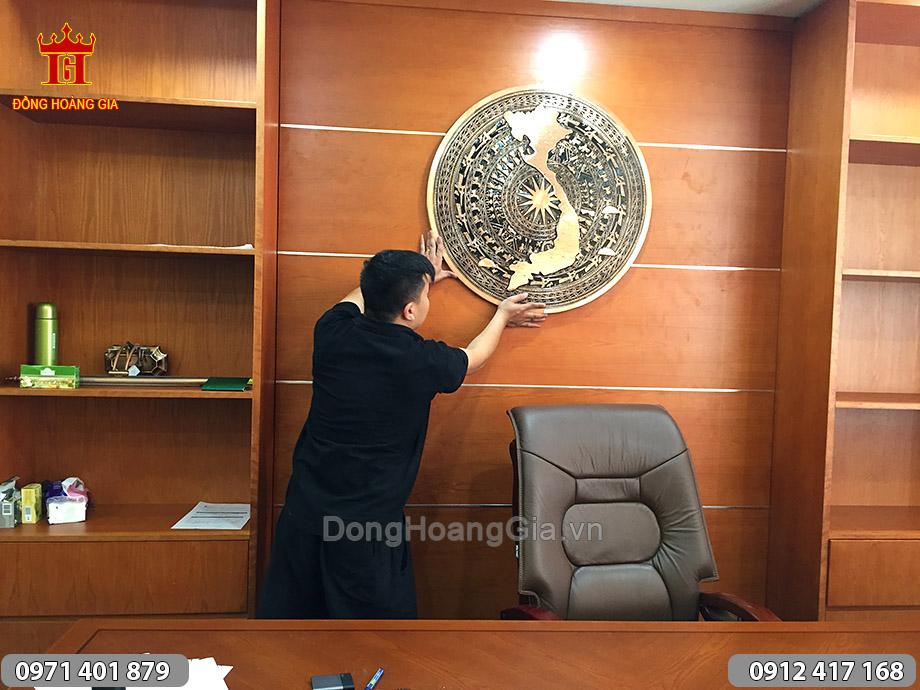 Mặt trống đồng bản đồ Việt Nam treo phòng Giám đốc