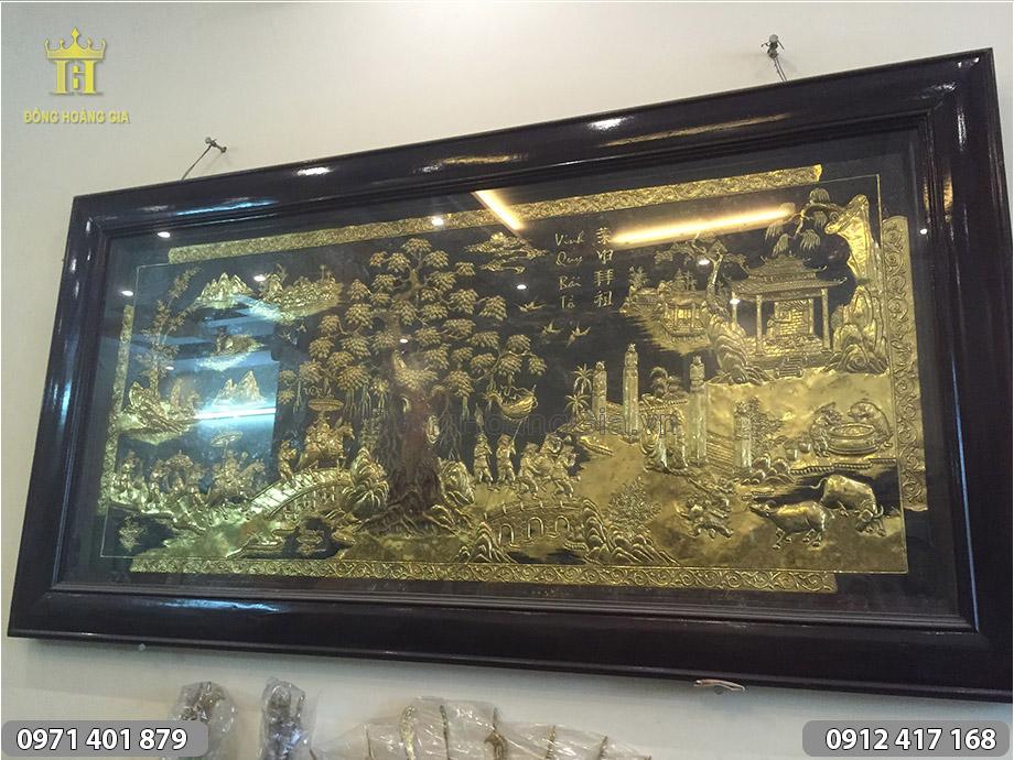 Tranh Vinh Quy Bái Tổ bằng đồng vàng khung gỗ nâu đen