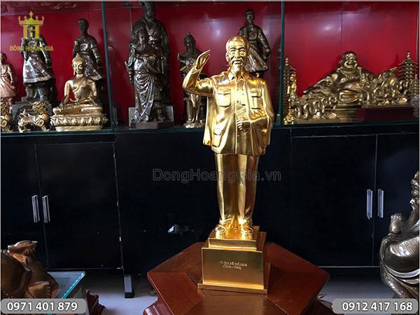 Tượng Bác Hồ đứng giơ tay chào dát vàng cao 45cm
