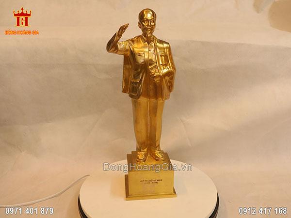 Tượng đồng vàng Bác Hồ đứng giơ tay chào