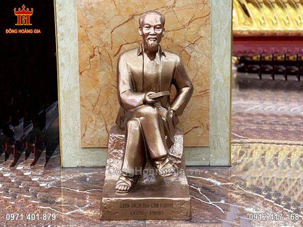 Tượng Bác Hồ ngồi đọc sách bằng đồng đỏ