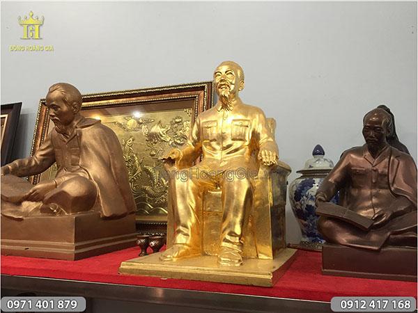 Tượng đồng Bác Hồ ngồi ghế thếp vàng Kiêu Kỵ