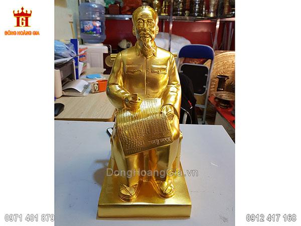 Tượng đồng Bác Hồ ngồi đọc báo dát vàng 24K