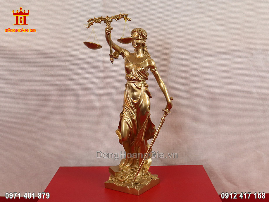 Tượng nữ thần công lý bằng đồng vàng